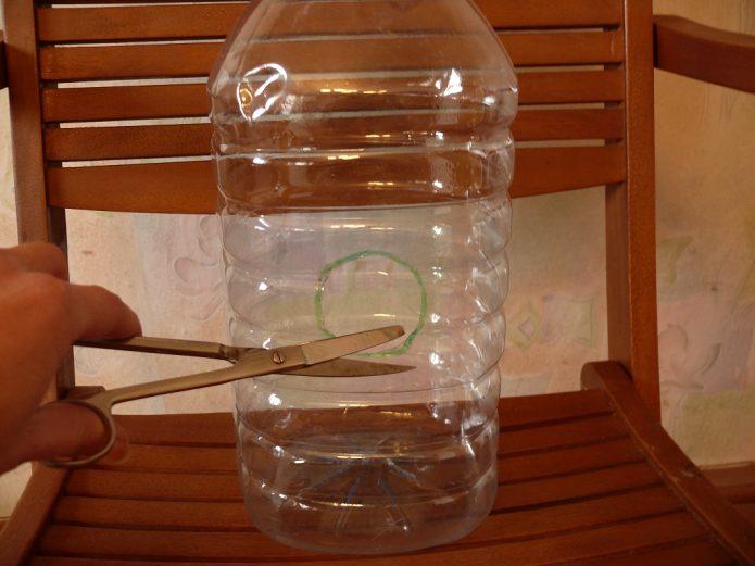 Пятилитровая бутылка с отверстием летка