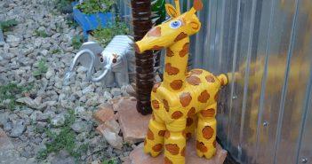 жираф из пластиковых бутылок