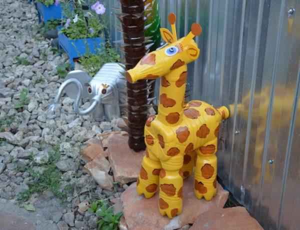 «Очень длинношеее животное» в саду: делаемсвоими руками из пластиковых бутылок жирафа