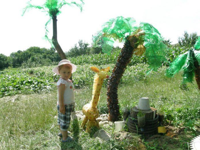 жираф и пальмы из бутылок