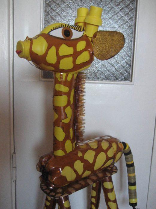 маленький жираф из бутылок