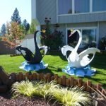 Лебеди возле клумбы