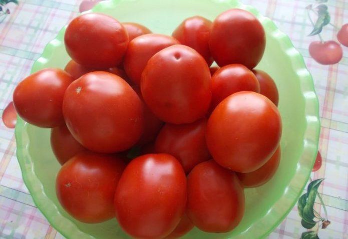 Плоды томата Земляк