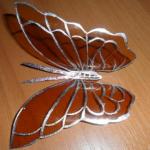 Бабочка из коричневого бутылочного пластика
