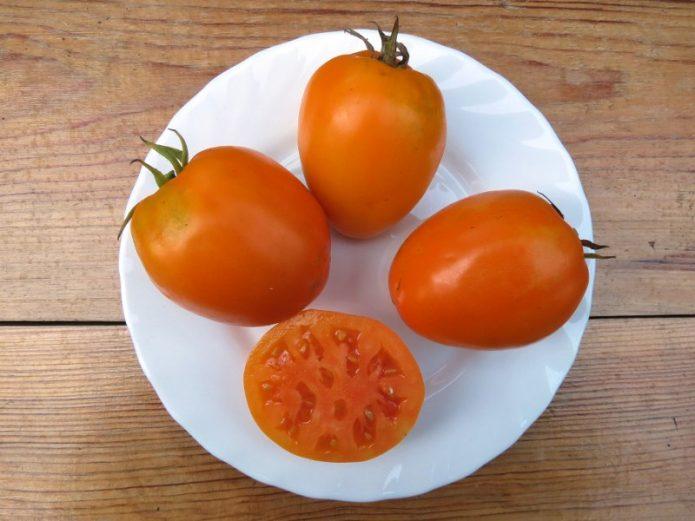 Плоды томата Золотое сердце