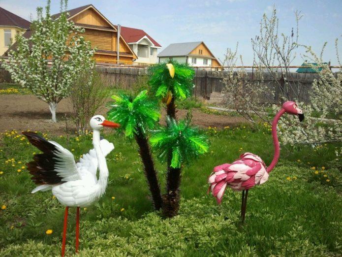 пальма из бутылок и фламинго
