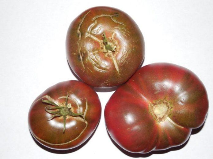 Потрескавшиеся плоды томата Чёрный Крым