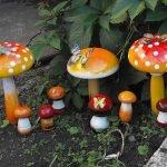 Комплекс из гипсовых грибов в саду