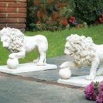 Белые фигуры гипсовых львов для украшения участка