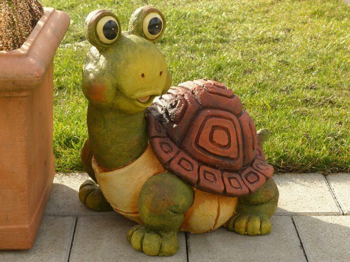 Гипсовая черепаха на садовом участке