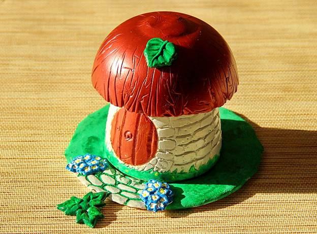 Раскрашенная фигурка-гриб для сада