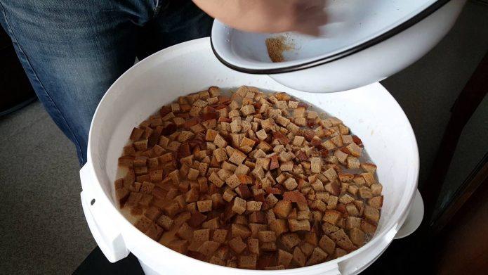 Приготовление настоя из сухарей