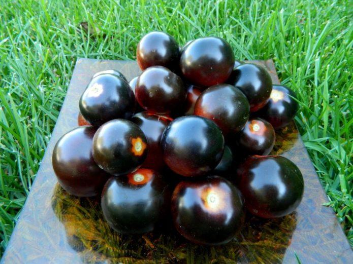 Плоды томата Чёрная гроздь