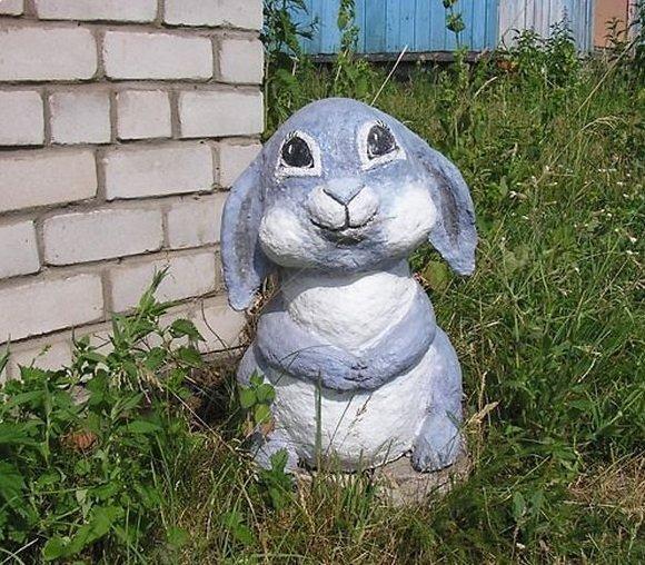 Раскрашенная фигурка зайца из цемента