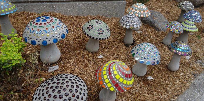 Цементные грибы с яркими украшениями для участка