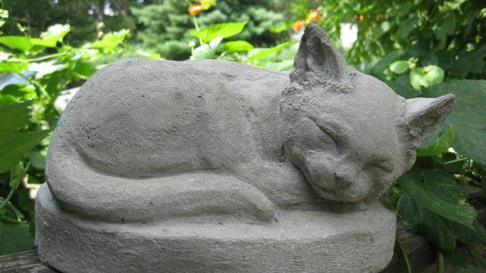 Фигурка серого кота из цемента