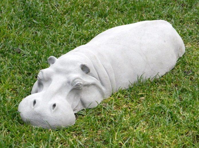 Фигура бегемота для декорирования участка
