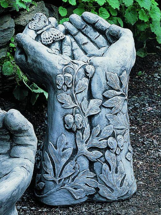 Скульптура в виде рук для украшения сада