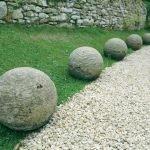 Простые шары на обочине дорожки