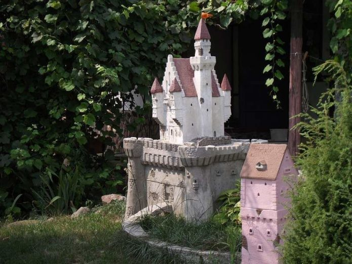 Замок с башенками для украшения сада