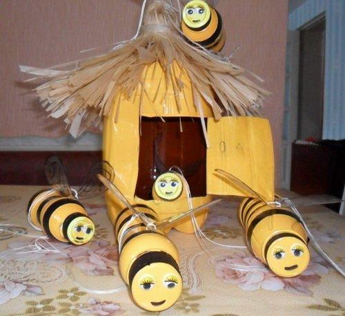 Пчёлы и улей из пластиковых бутылок