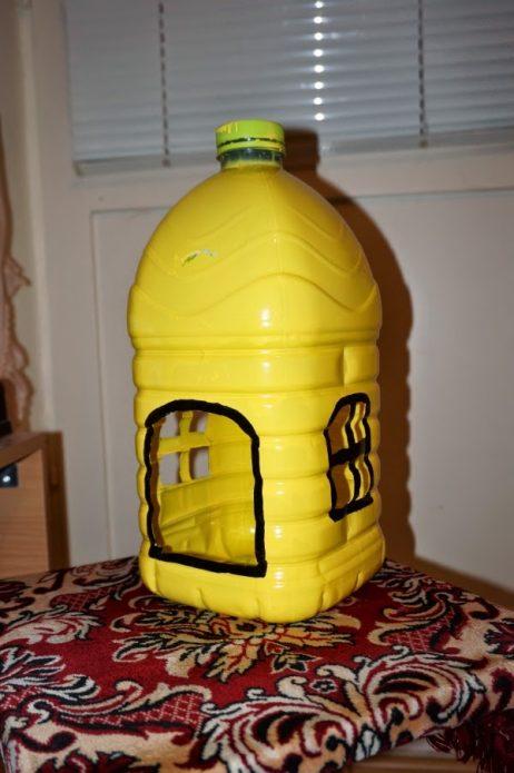 Бутылка с отверстием и окошками