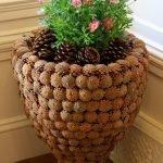 Напольная ваза с украшением из шишек