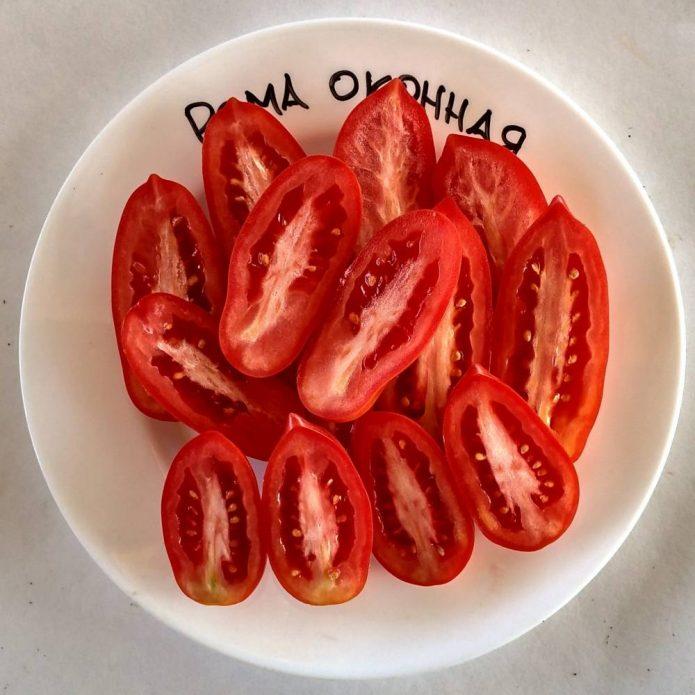 Разрезанные томаты Рома на тарелке