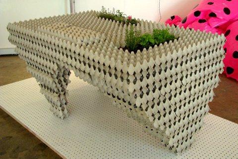 Стол из картонных лотков