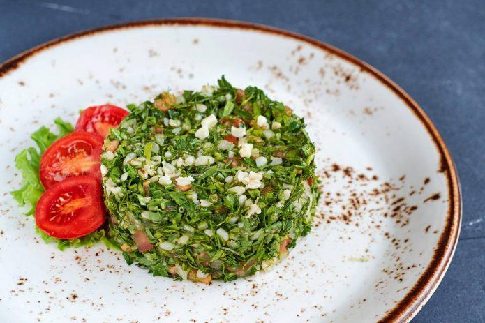 Салат «Табуле» на тарелке