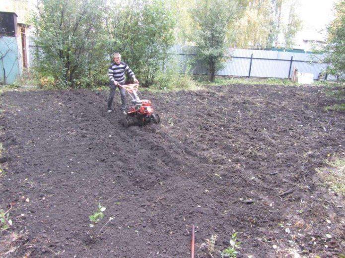 Вспашка почвы культиватором