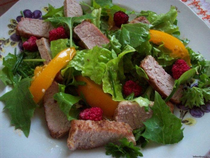 Салат из земляничного шпината