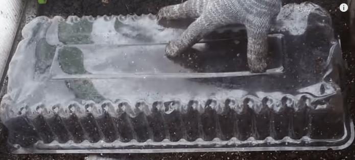 Укрытие грядки пластиковыми контейнерами