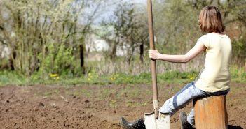 женщина с лопатой