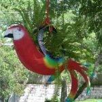Попугай из покрышки с зелёными крыльями