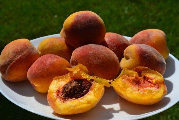Плоды Золотого юбилея на тарелке