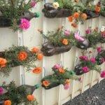 Подвесные кашпо на заборе