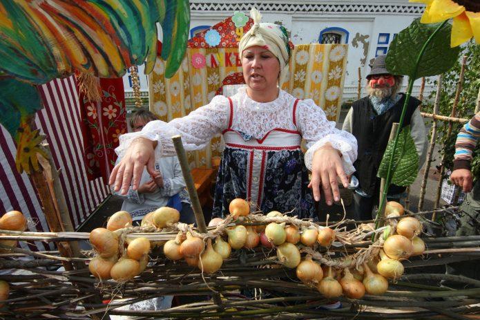 Продажа лука на рынке
