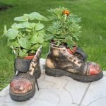 Цветы в старых ботинках