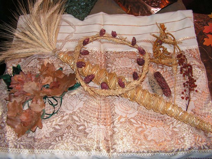 Праздничные венки и букеты