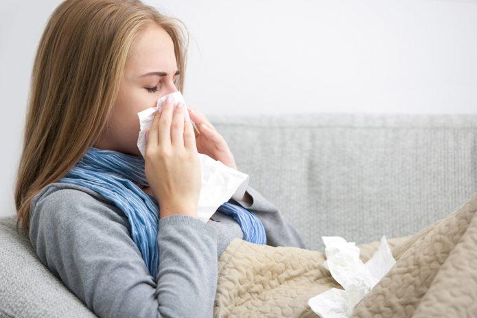 Простуженная девушка