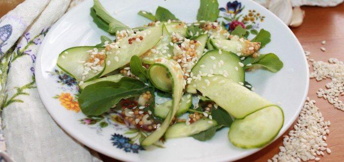 Салат с рукколой и огурцом