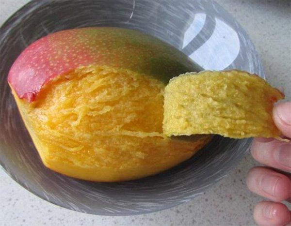 Кожица с манго снимается руками