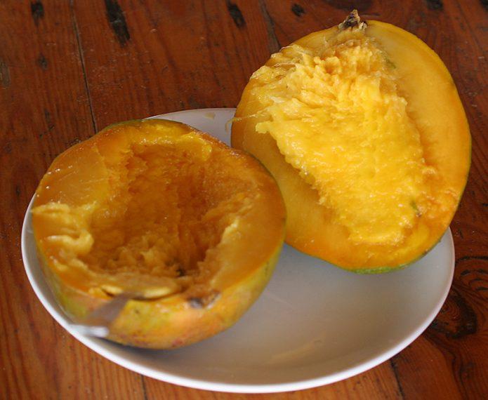 Косточка в мякоти манго