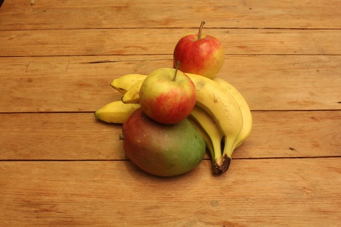Манго, яблоки и бананы