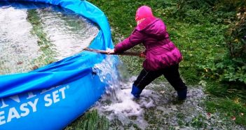 девочка сливает воду из бассейна