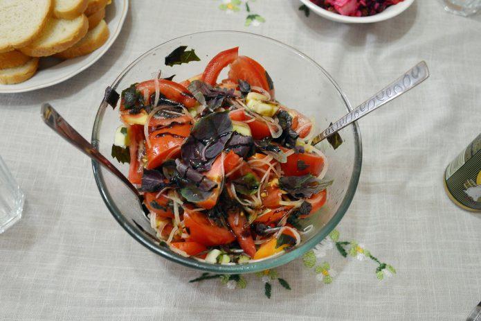 Салат с помидорами и фиолетовым базиликом