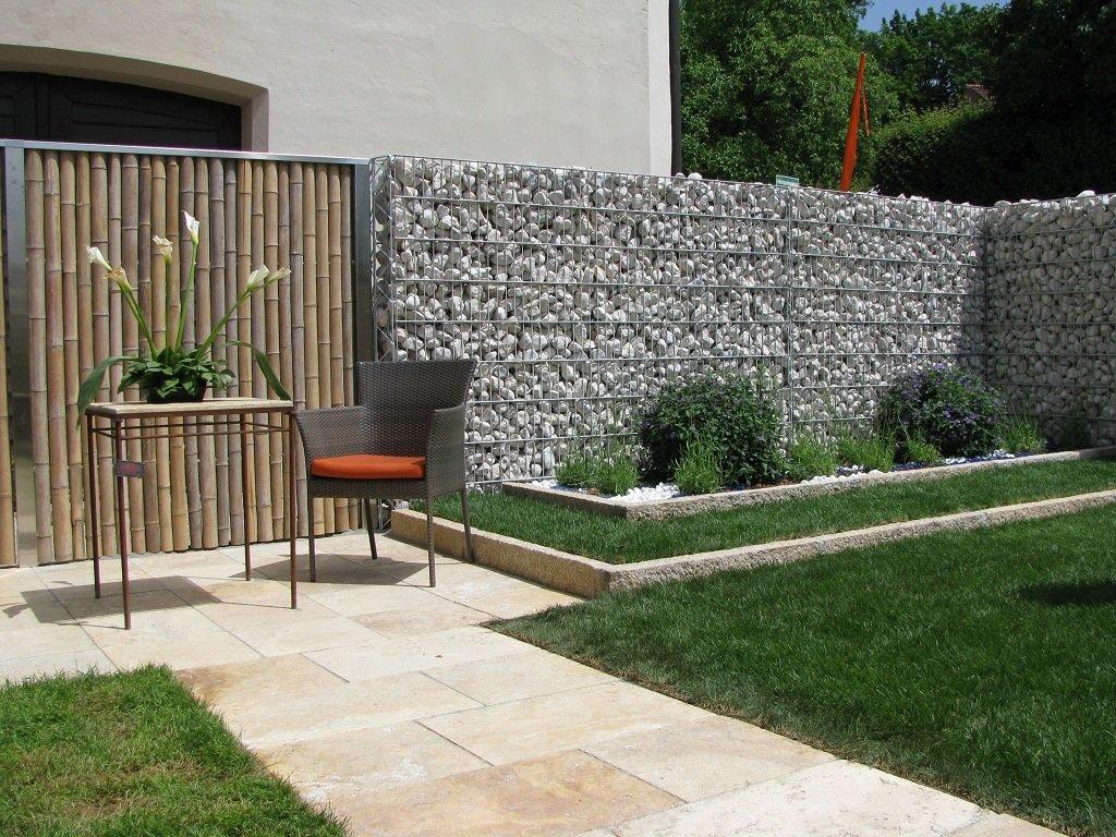 Забор из габионов и зелёные насаждения