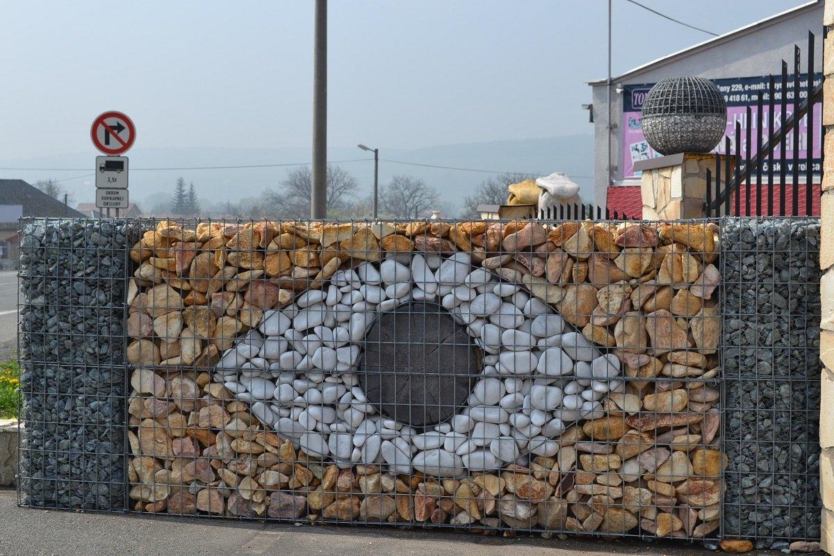 Забор из габионов с узором в виде глаза