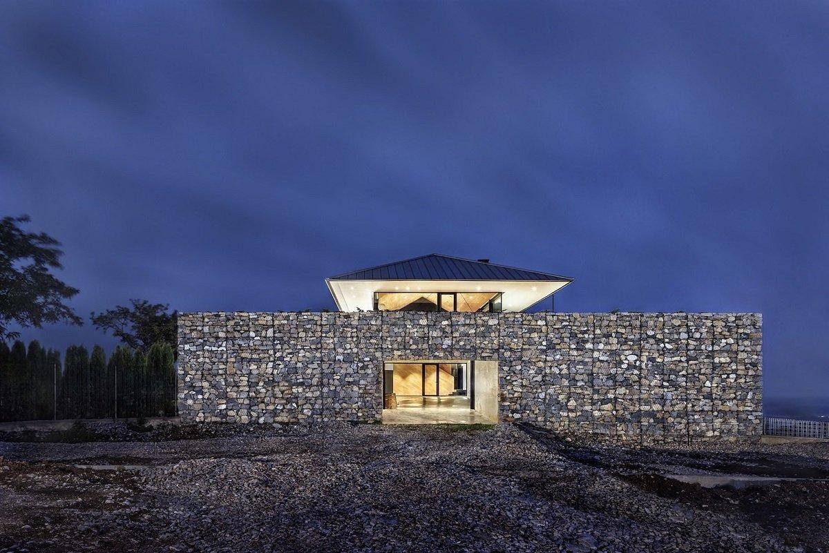 Дом, украшенный габионами